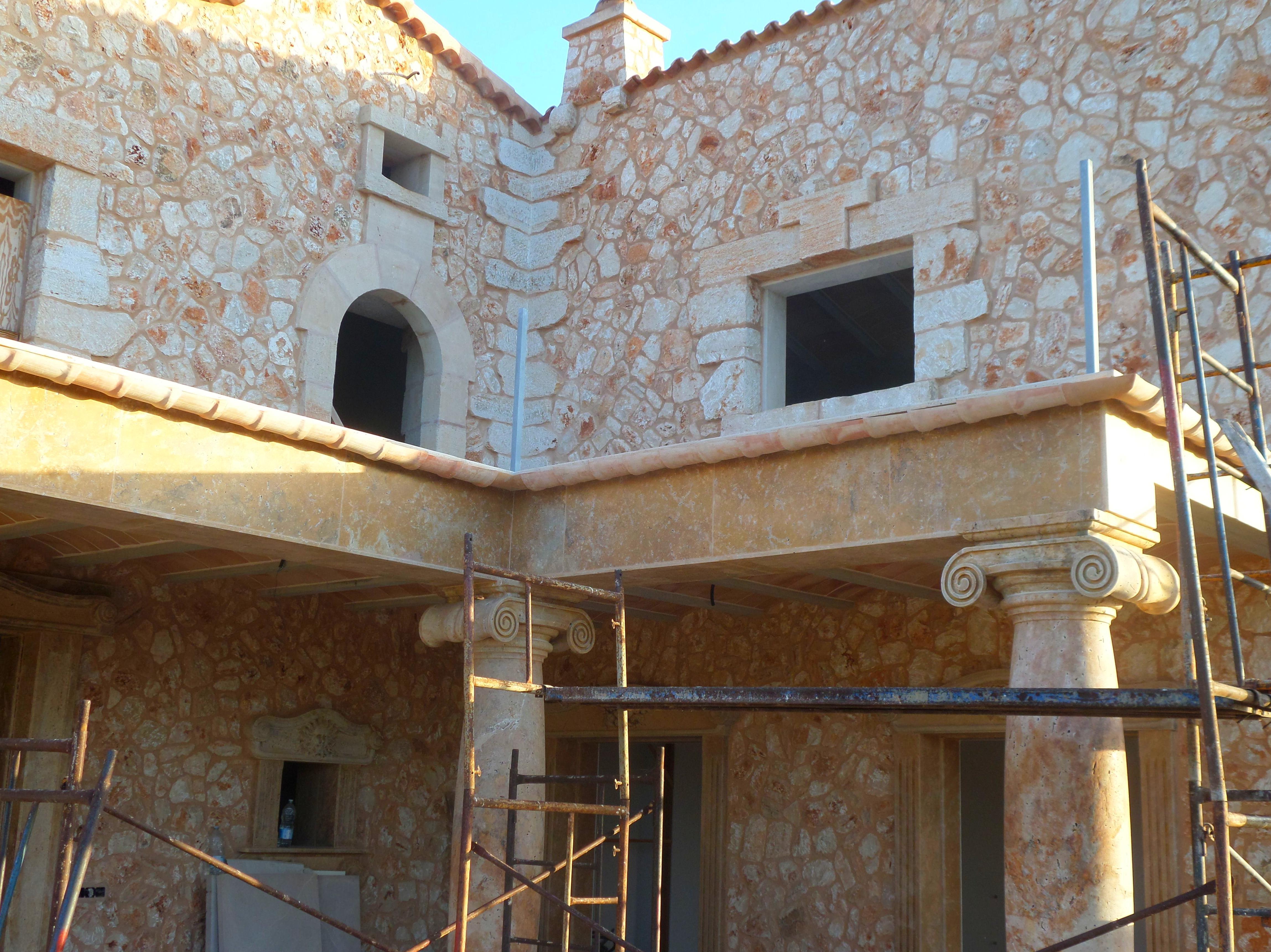 Detalle de fachada y columnas de marmol travertino macizo