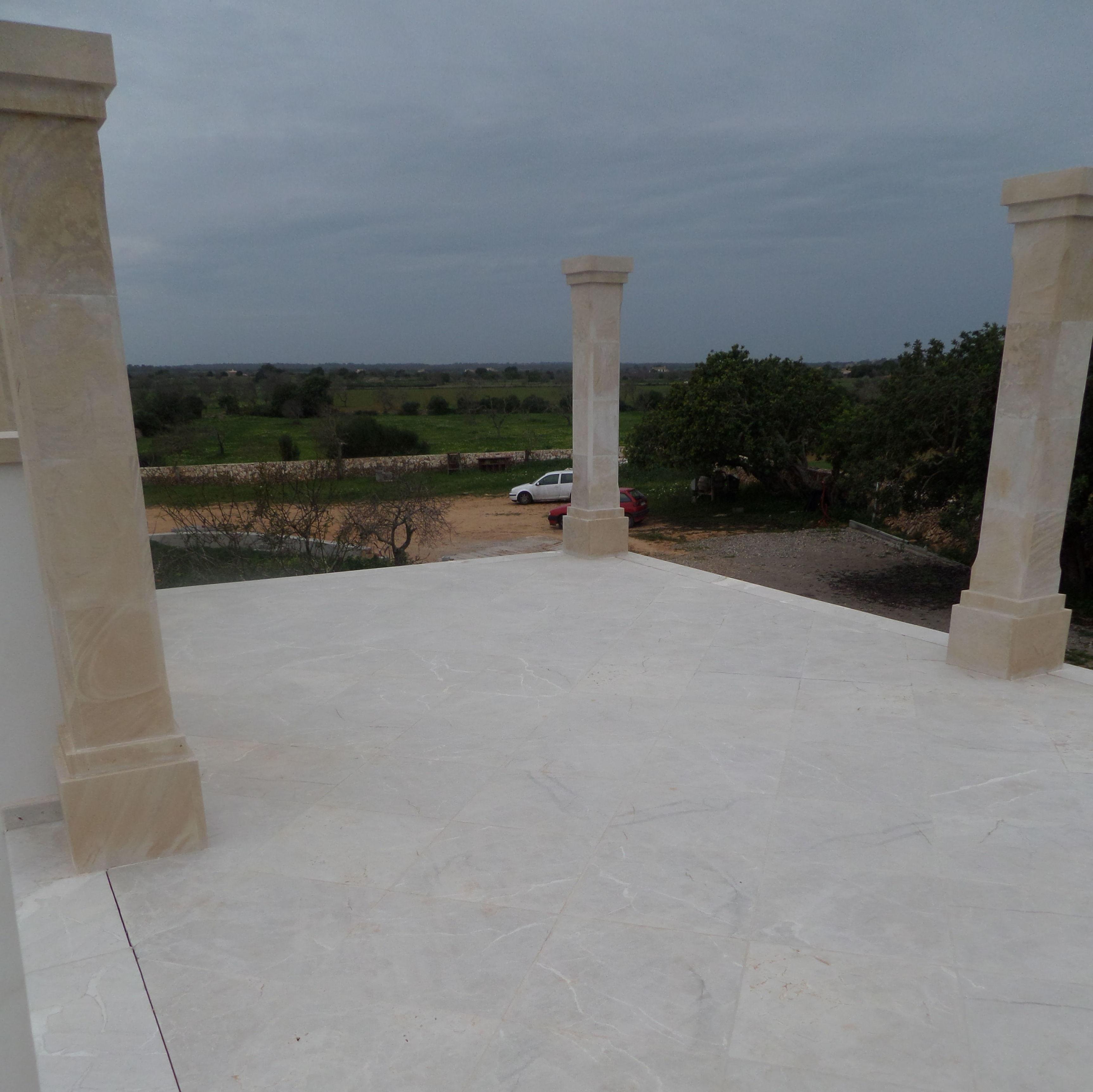 Terraza de Marmol y columnas de Piedra de Santanyi
