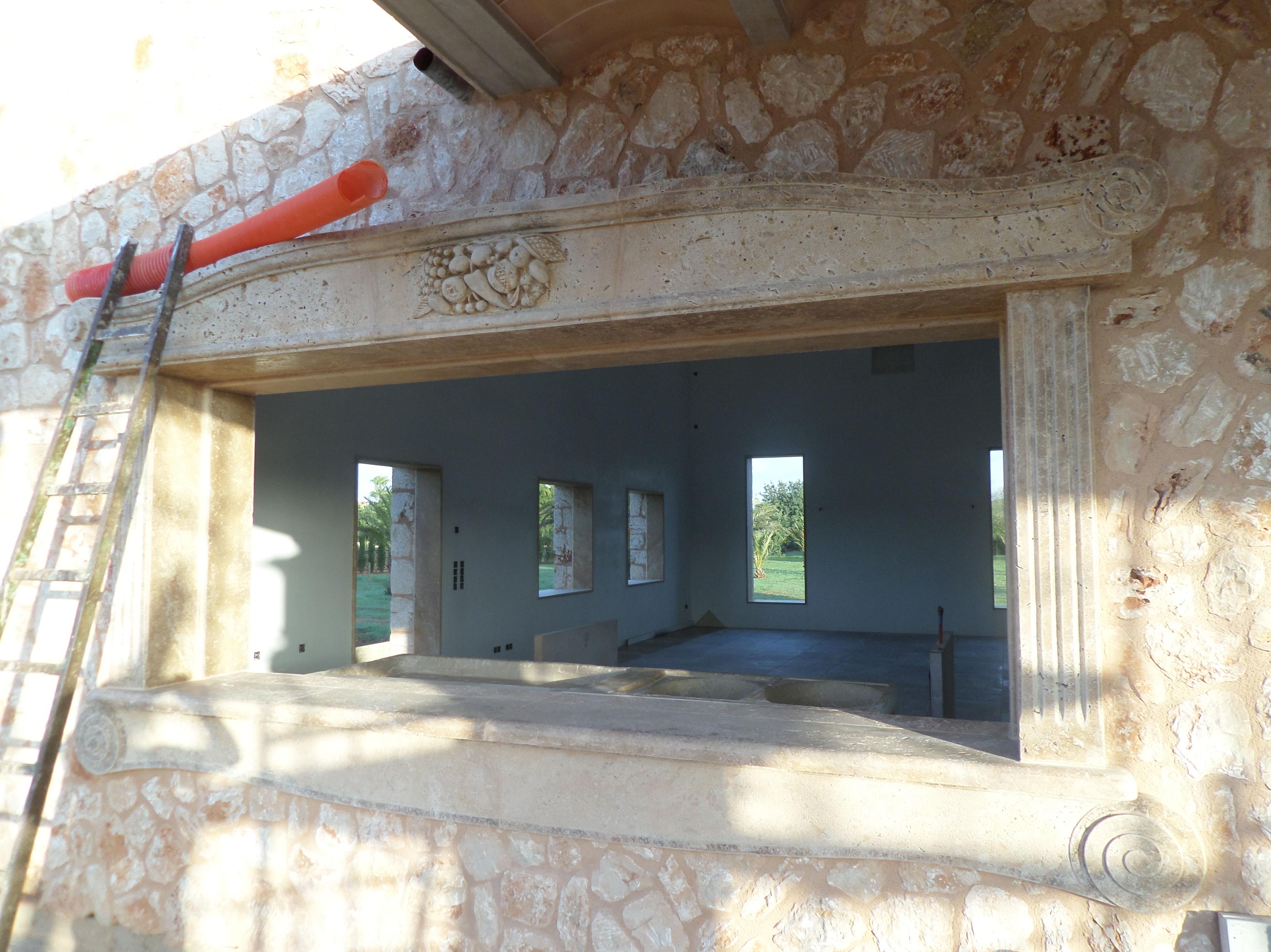 Detalle de ventanal de marmol