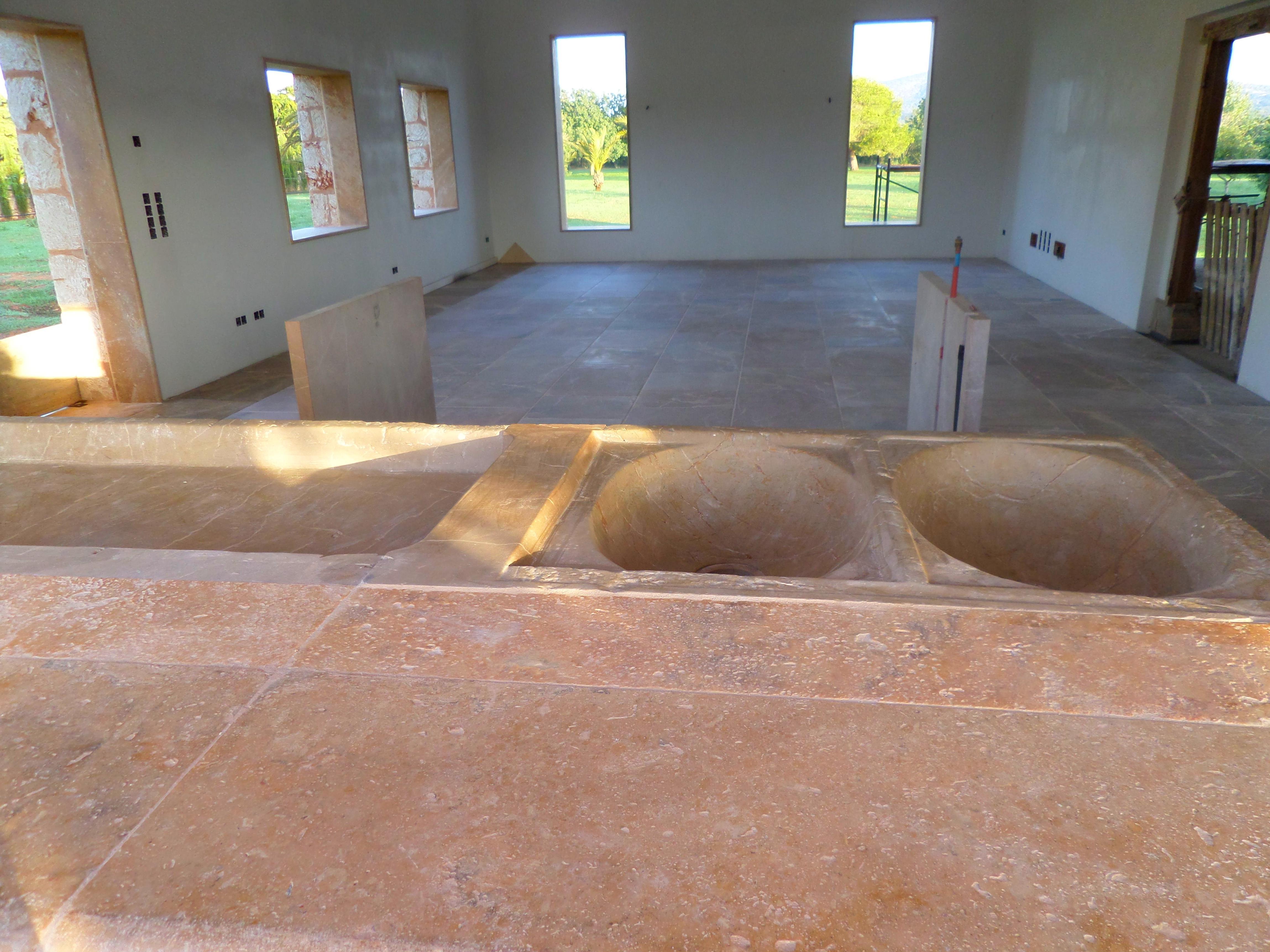 Detalle de fregadero de marmol y solado en cocina de marmol