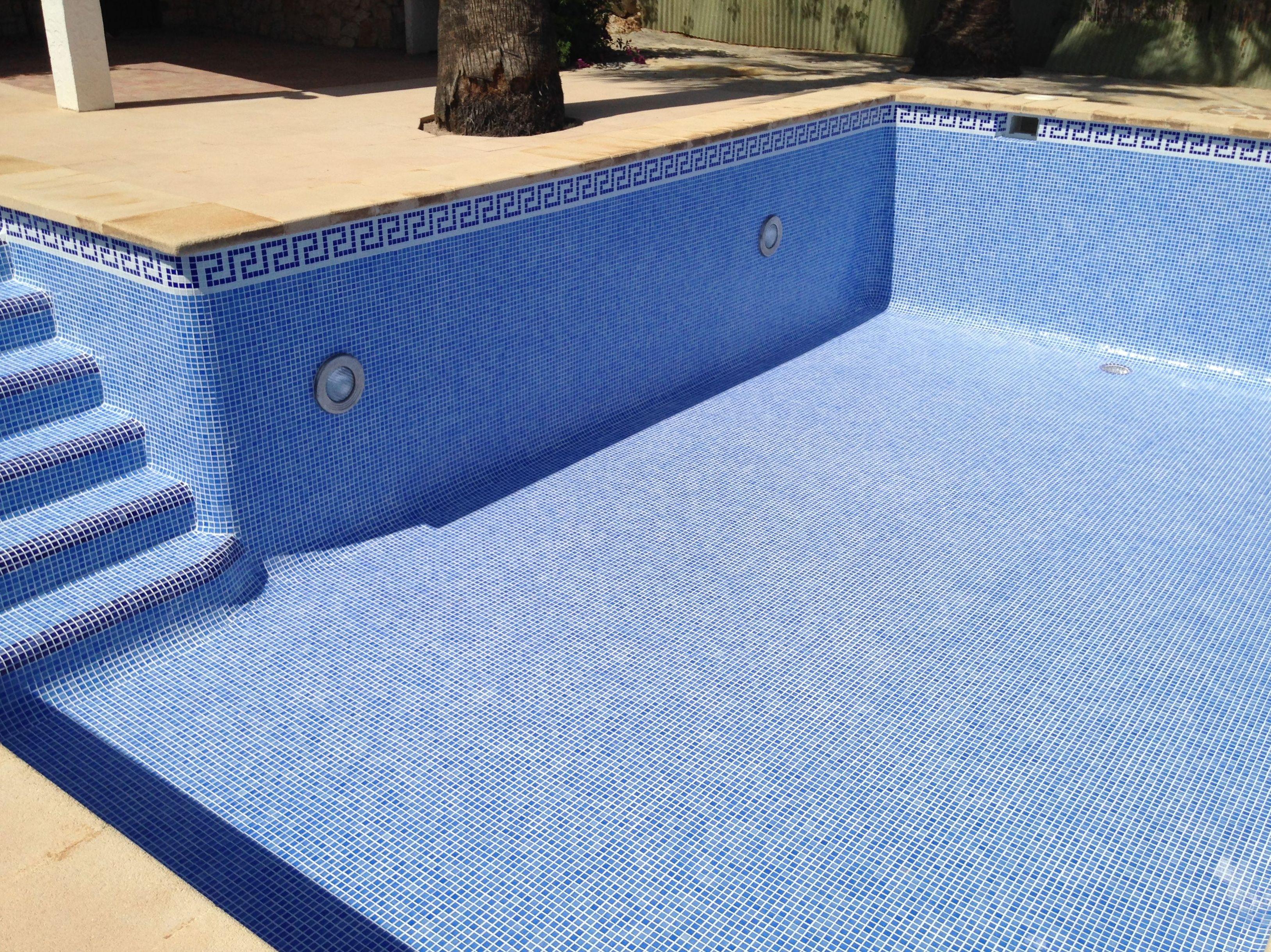 Nuevo gresite instalado en piscina