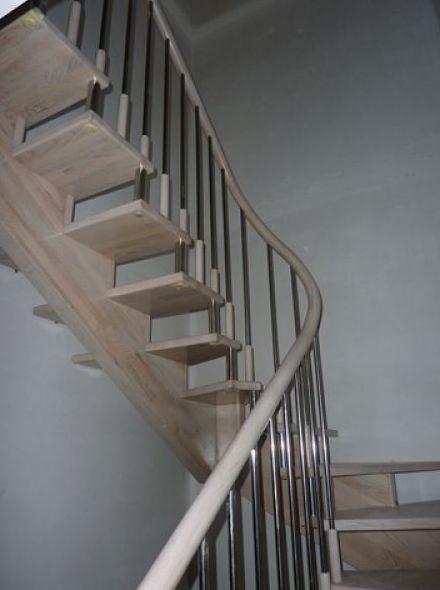 Escalera central de cedro