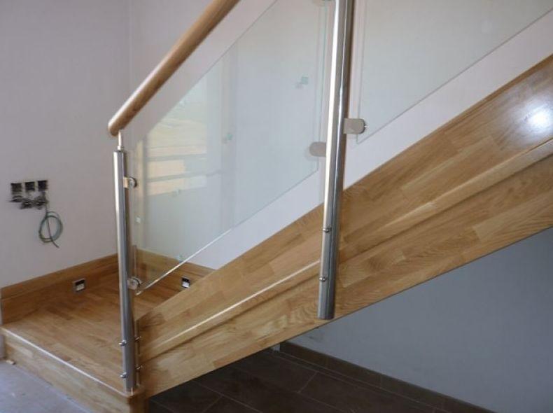 Escalera de madera y acero inoxidable con cristal