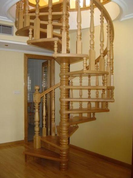 Escalera de caracol de madera de roble