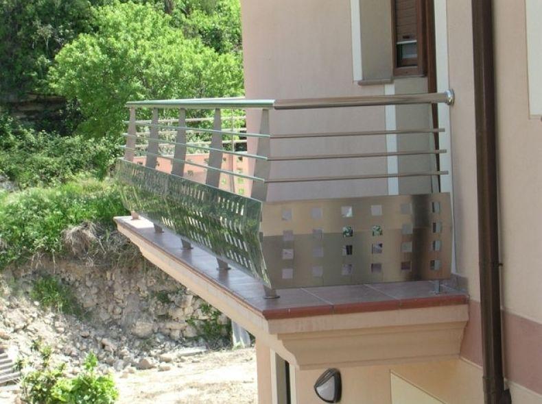 Detalle de balcón con chapa agujereada