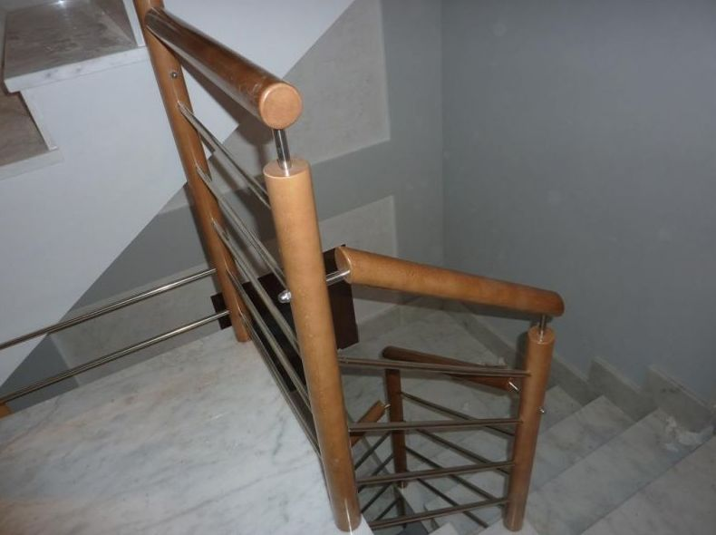 Barandilla con postes y pasamanos redondo y rasillos horizontales de acero inoxidable