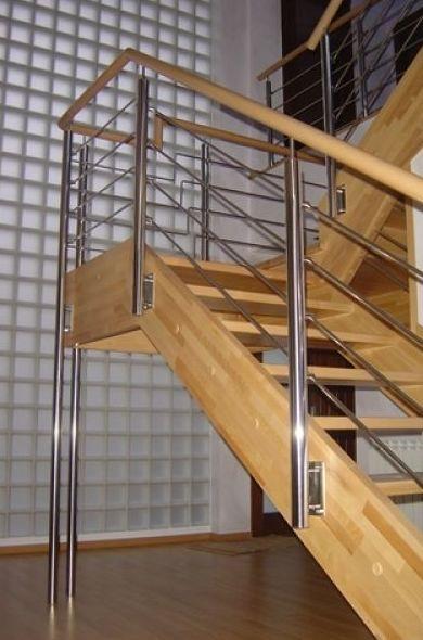 Escalera de madera y acero inoxidable al aire