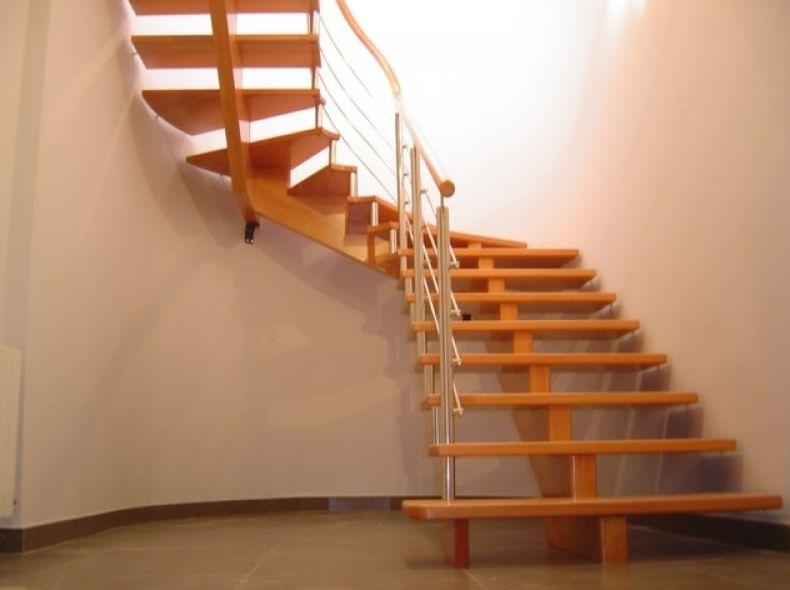 Escalera zanca central de cedro