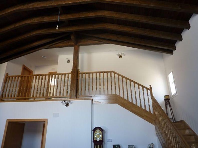 Escalera de haya con barandilla torneada