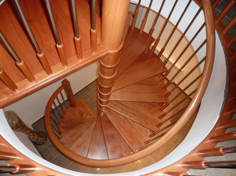 Escalera de caracol de madera de cedro y acero inoxidable