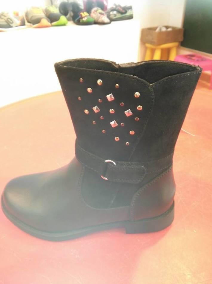 Botas negras con tachuelas
