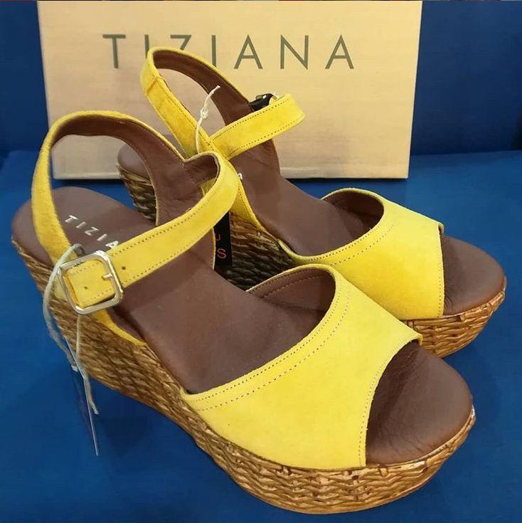 Sandalias Tiziana cuña alta con hebilla en color amarillo