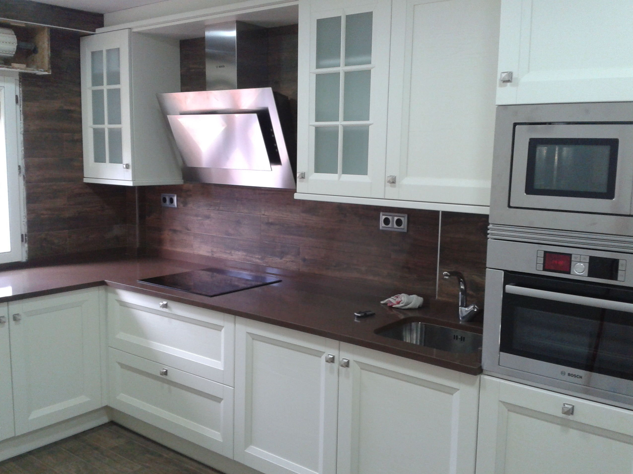 COCINA MONICA. ROBLE LACA BLANCO. COMPAC CHOCOLATE.