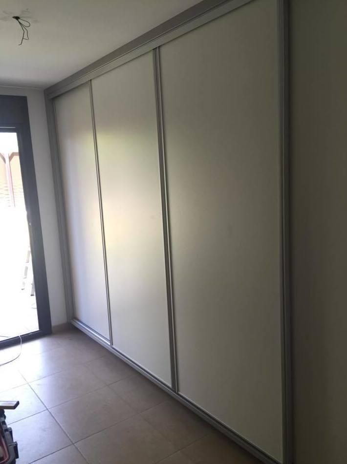 Disponemos de puertas de armarios en distintos materiales y colores