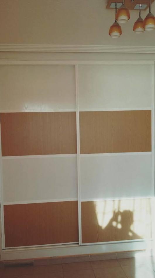 Armario estilo japonés bicolor alto brillo con perfilería en blanco