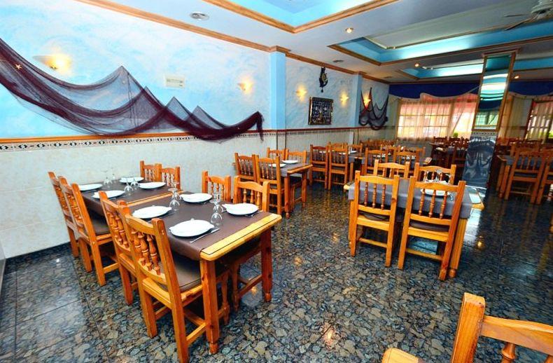 Restaurante con amplio salón y terraza en Los Abrigos
