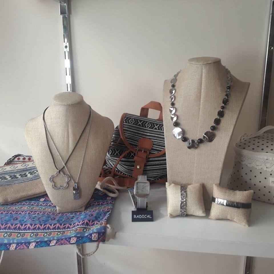 Variedad de complementos: collares, pulseras, relojes, llaveros y mucho más