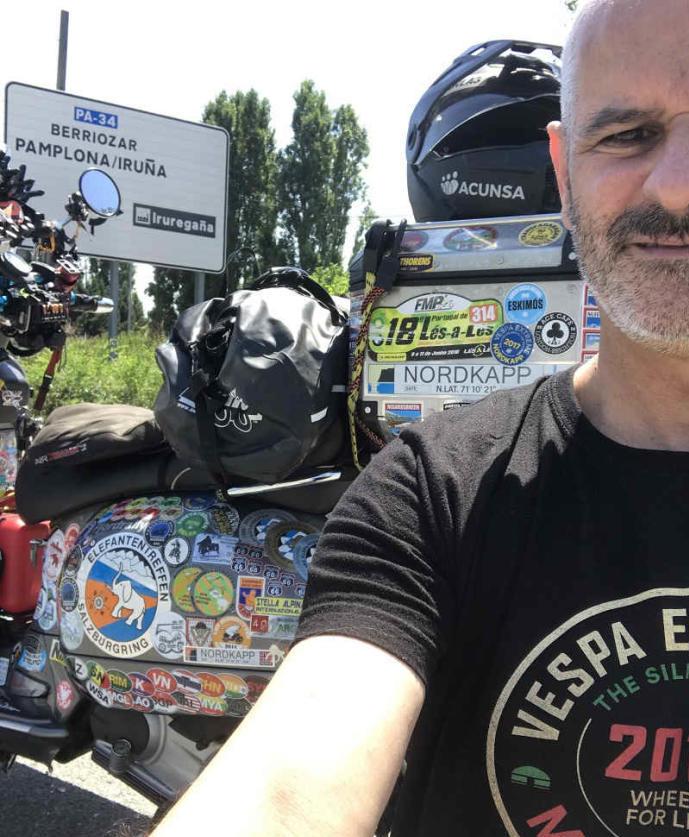 Jaf Fernández llega a Pamplona tras recorrer más de 35.000 kilómetros con su Vespa