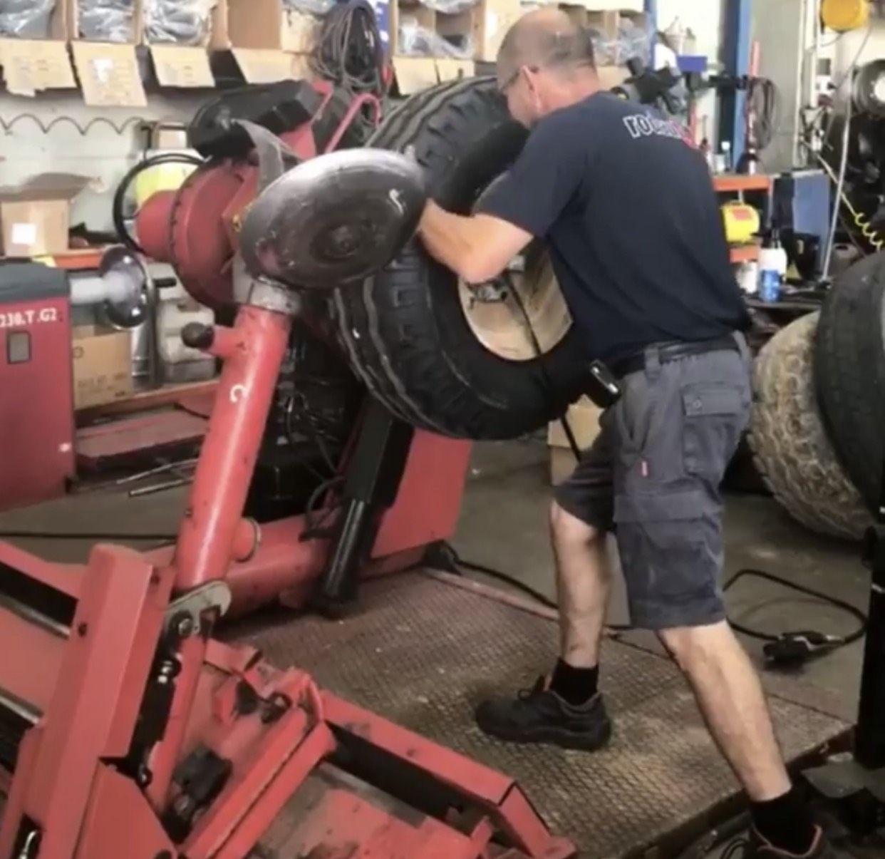Foto 9 de Reparaciones vehículos, motos y camiones en  | Pneumàtics Rodauto de l'Empordà