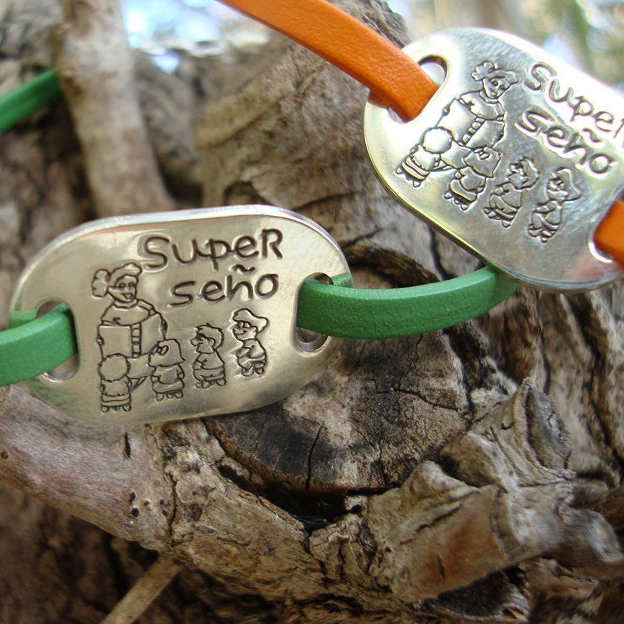 """""""Super seño"""", placa de plata grabada."""