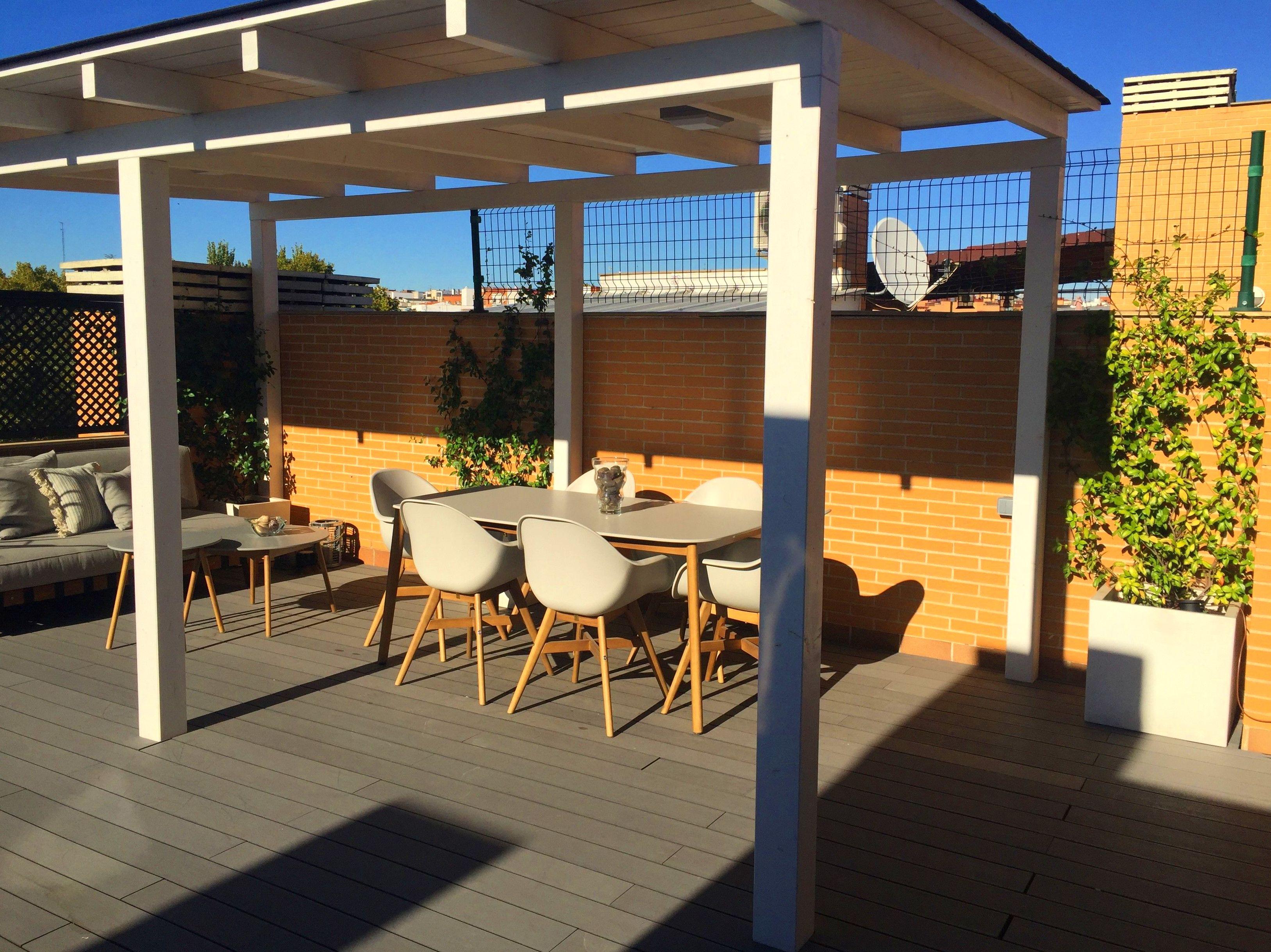 Proyecto en terraza. Porche de madera blanco. Tarima composite.