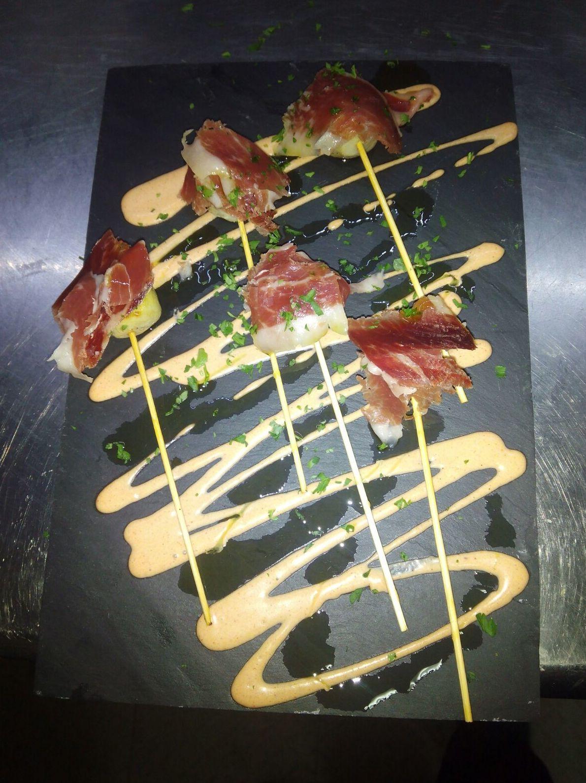 Chupachups de corazones de alcachofas con jamón ibérico Restaurante gallego A Cañiza Villaverde