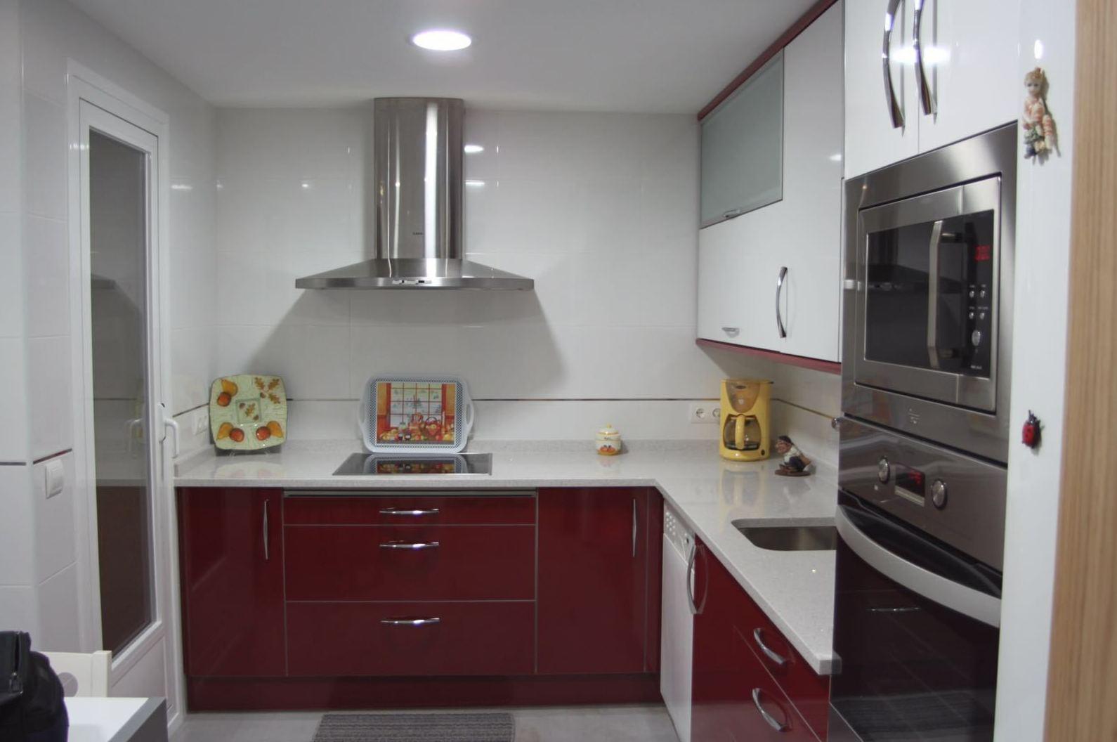 Una cocina con color