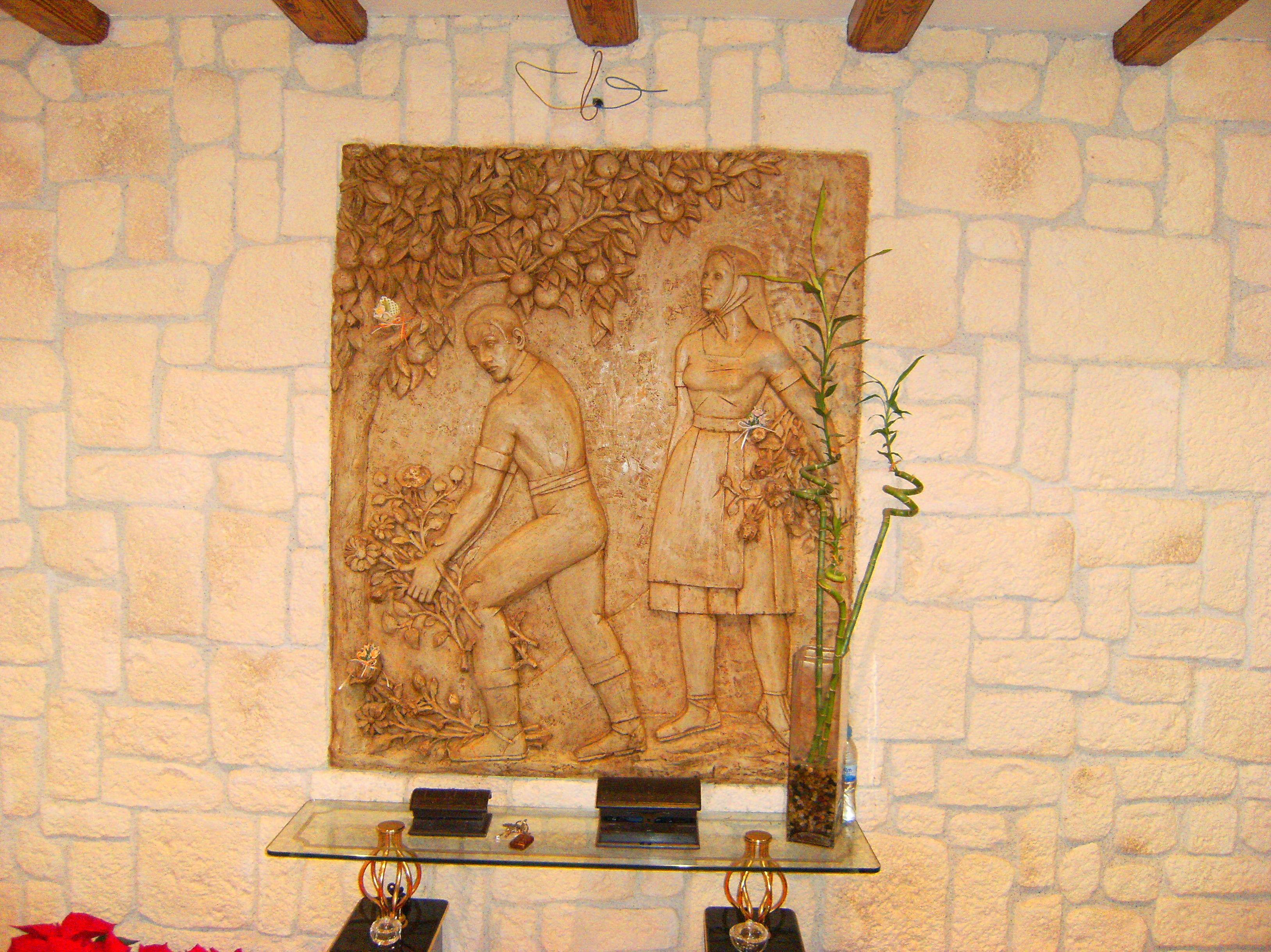 mural de piedra encastrado en la pared