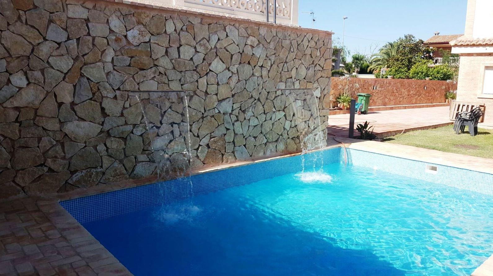 piscina con cascada cervicales