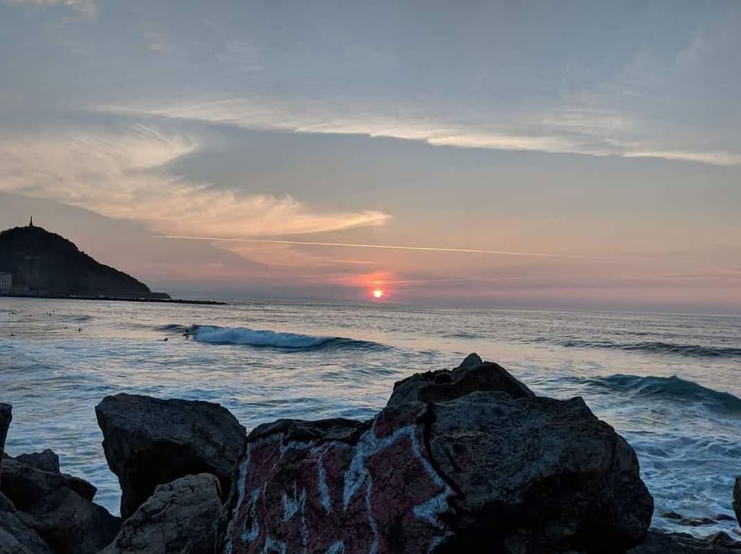 La dureza e inmovilidad de la roca no excluye el movimiento infinito y cercano de las aguas del mar.Las realidades opuestas permanecen a veces infinitamente unidas.