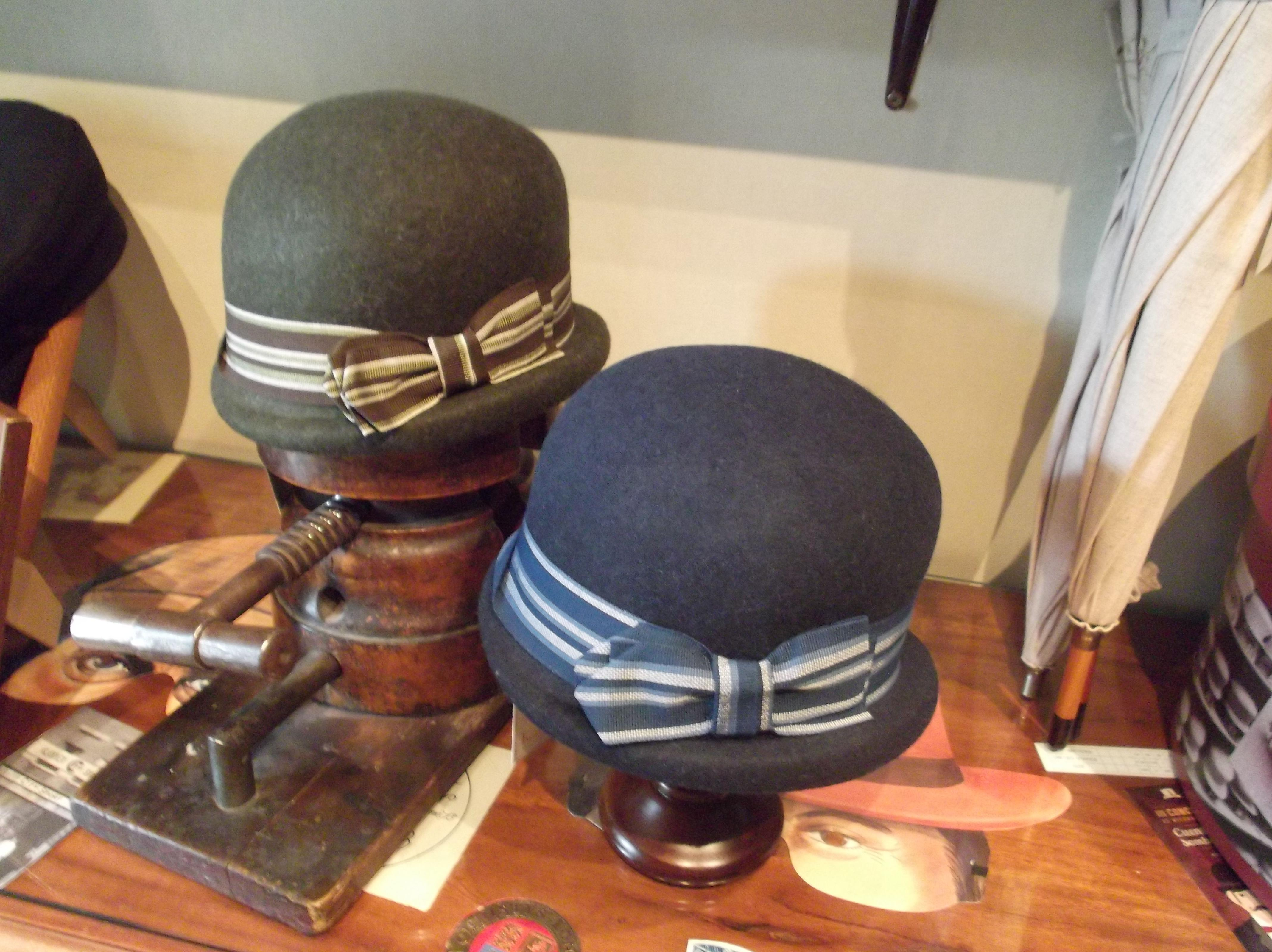 Sombreros cloche inspiración años 20. Colores verde y azul.