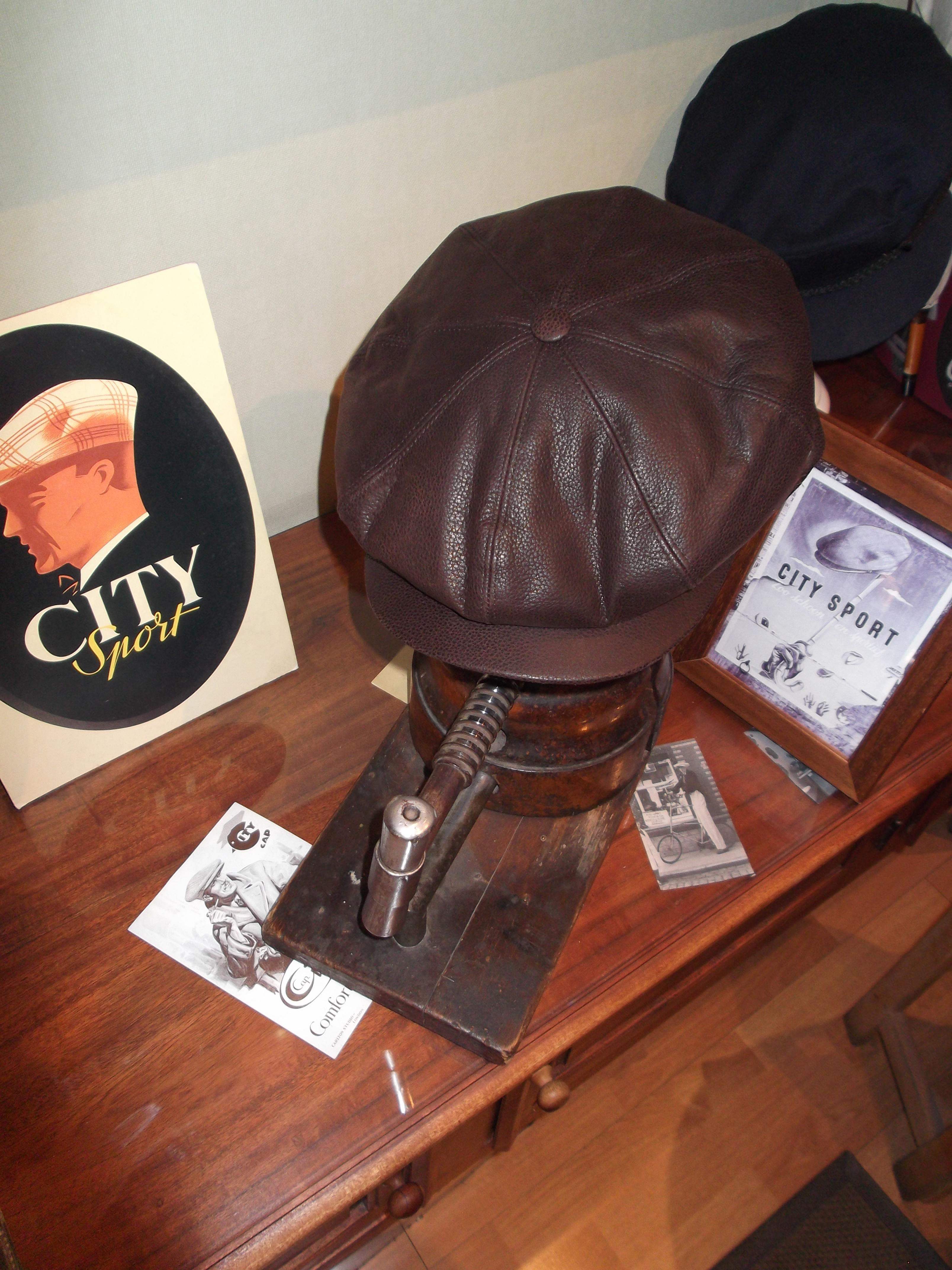 Gorra Gajos con botón en piel. : Catálogo de Sombrerería Citysport