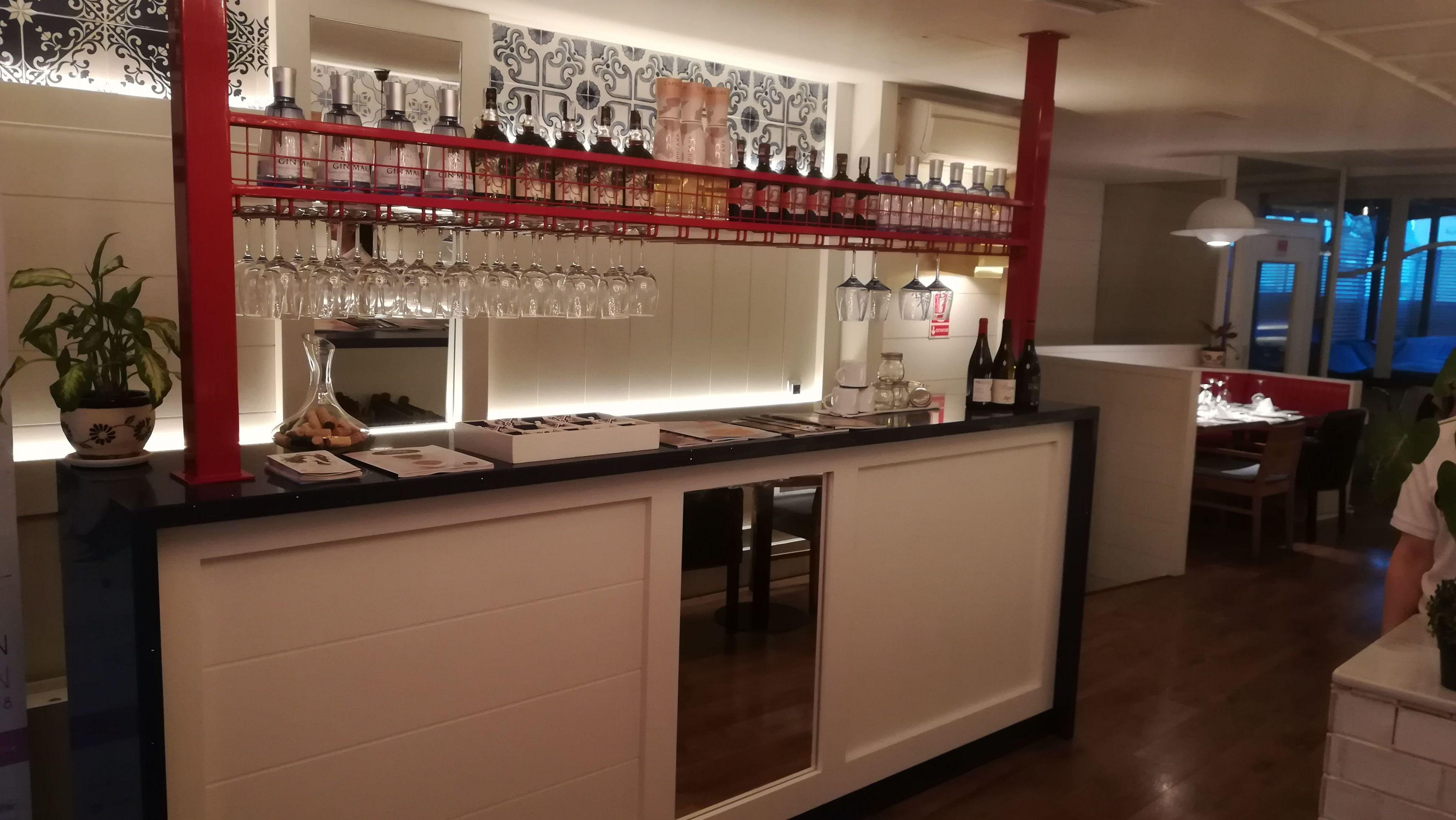 La barra para los cócteles preparada    en restaurante La Mary