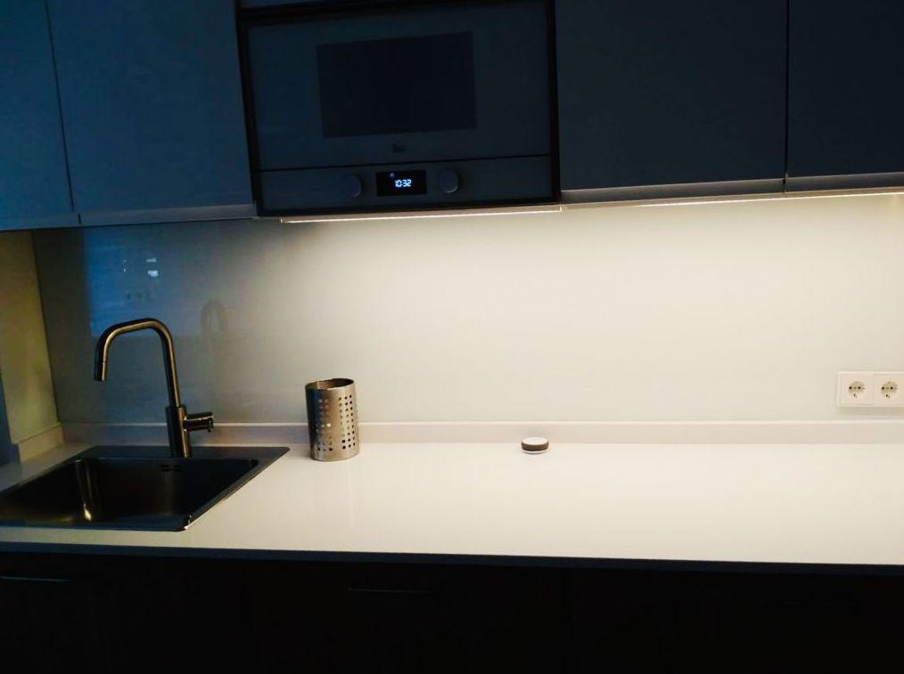 Frente de cocina en vidrio lacobel blanco. Cristalería Formas
