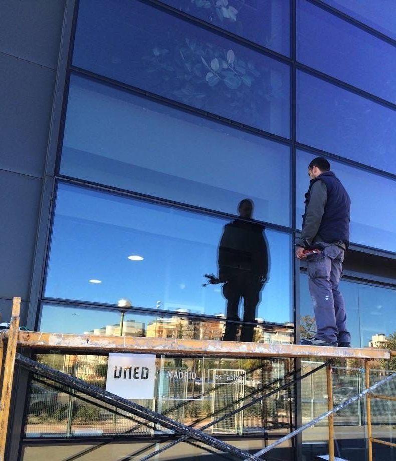 Colocación y reparación de cristales en edificios de Madrid