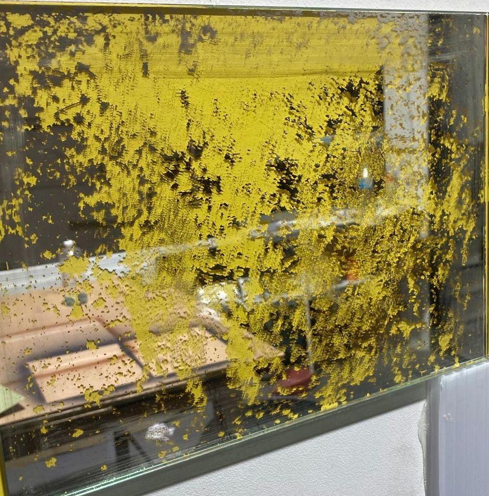 Espejo envejecido base de color amarillo. Cristalería Formas