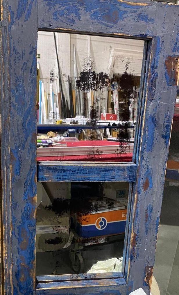Espejo viejo enmarcado en puerta.Cristalería Formas