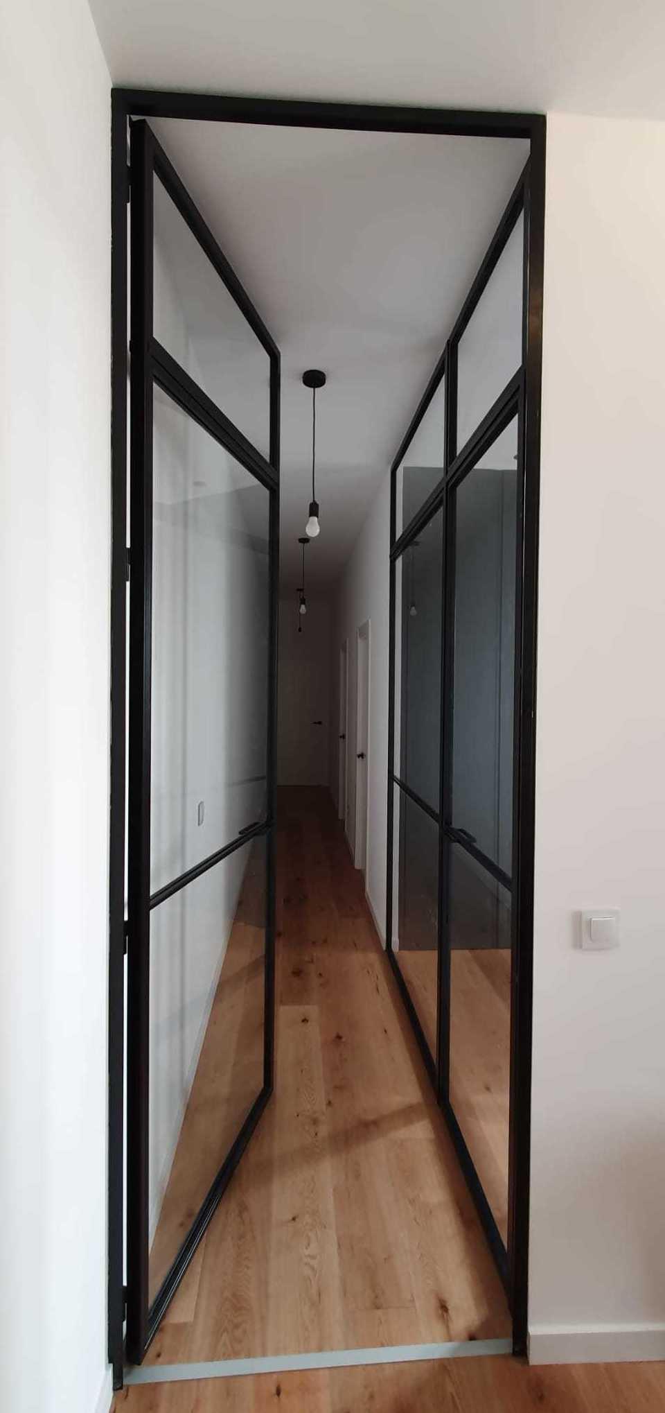 Puerta de hierro lacada en negro mate.Cristalería Formas