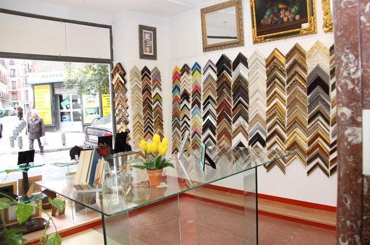 Dentro de nuestra tienda encontrarás una amplia variedad de molduras para tus pinturas y tus fotos
