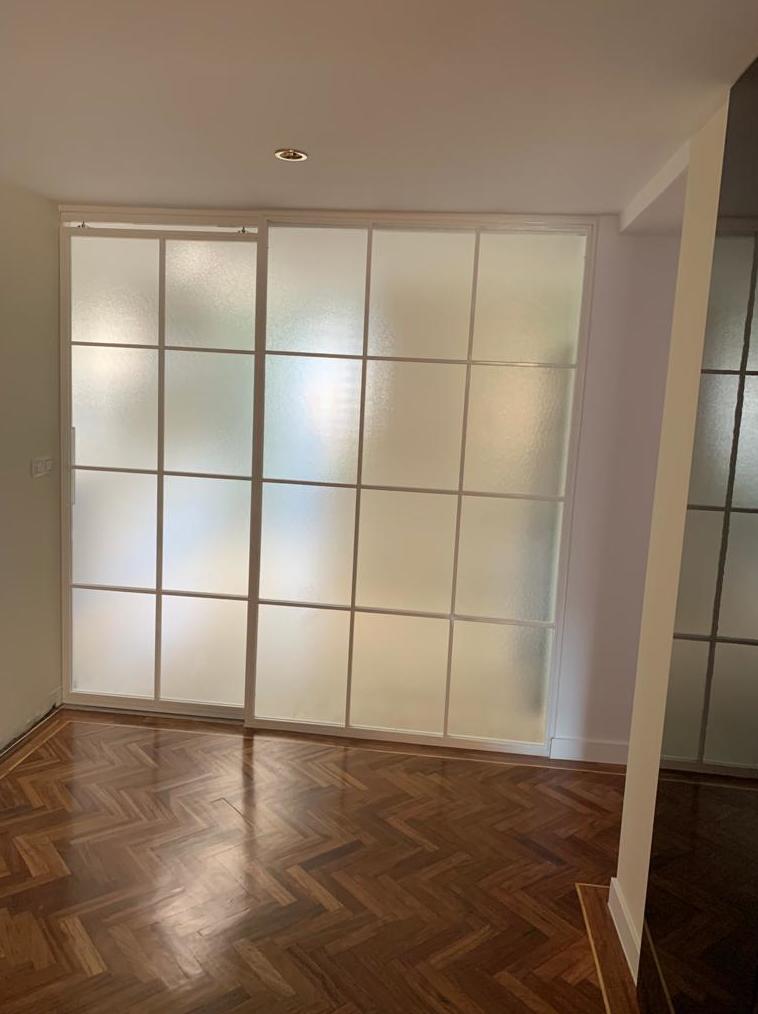 Puerta corredera de hierro lacado blanco con vidrio carglas. Cristaleria formas