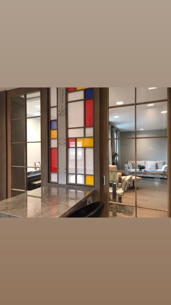 División de ambientes con vinilos de colores en pantalla. Cristalería Formas