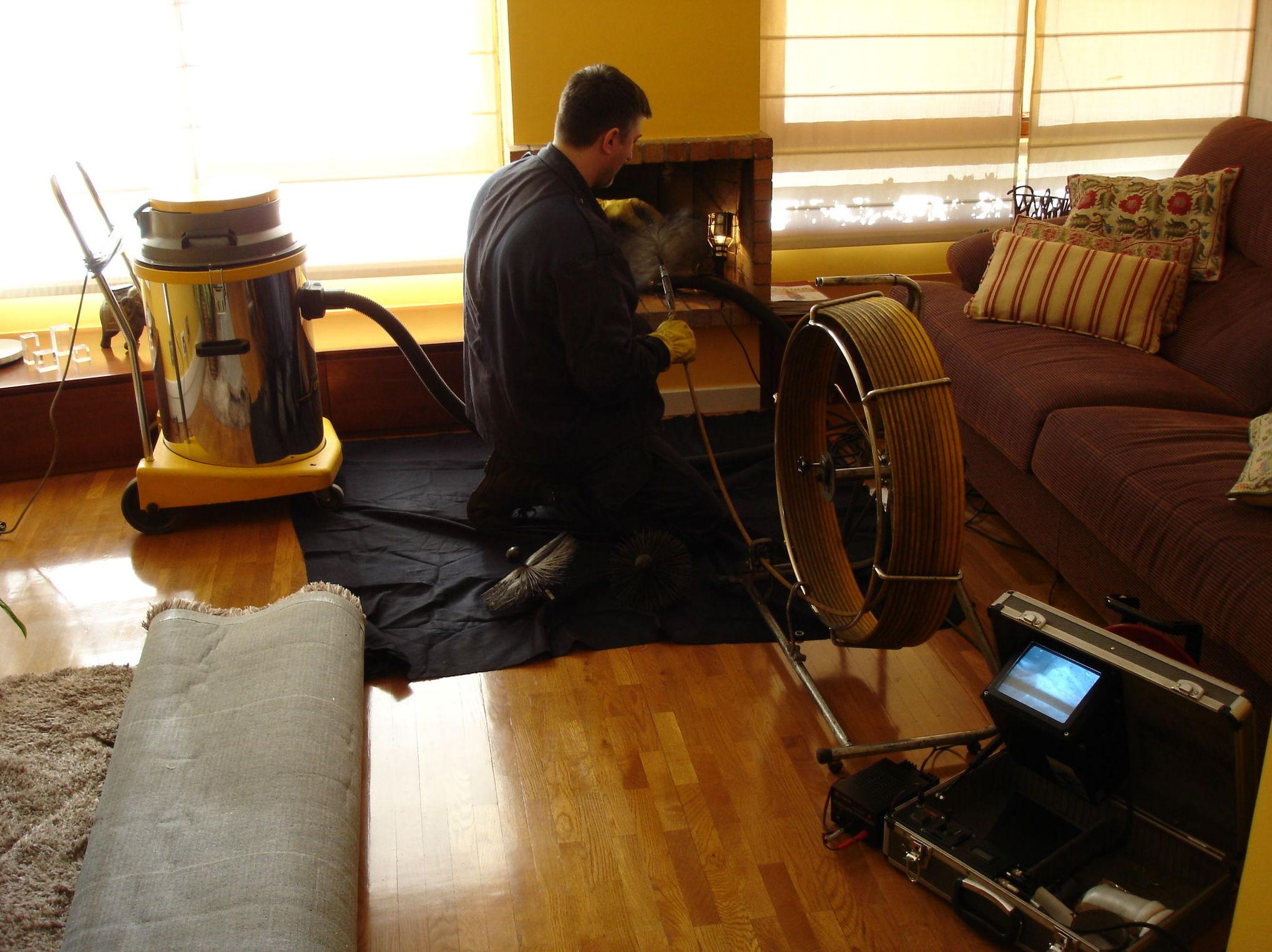 Limpieza y revisión chimenea doméstica de leña.