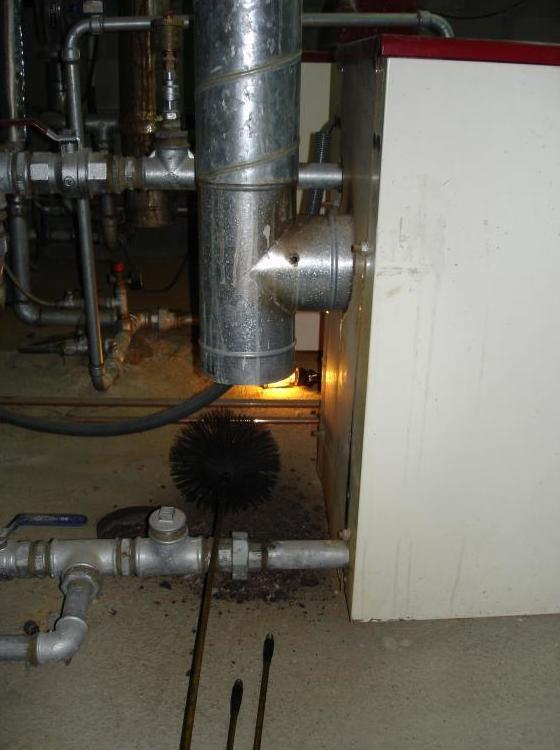 Limpieza chimenea caldera calefacción de gasoil.
