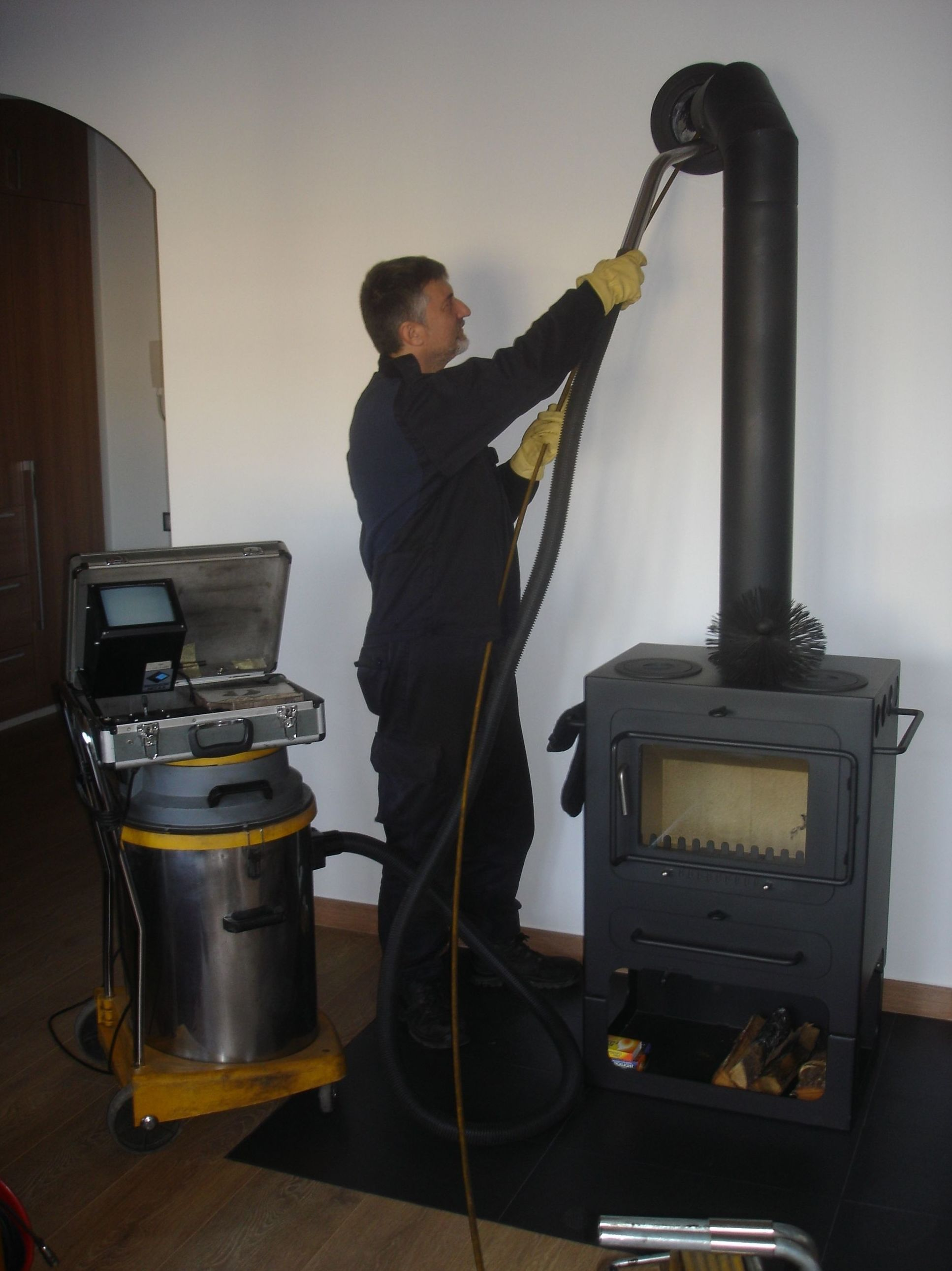 Limpieza chimenea y caldera pellet.: Servicios de limpieza de Limpiadora del Valles de 1965, S.C.P.