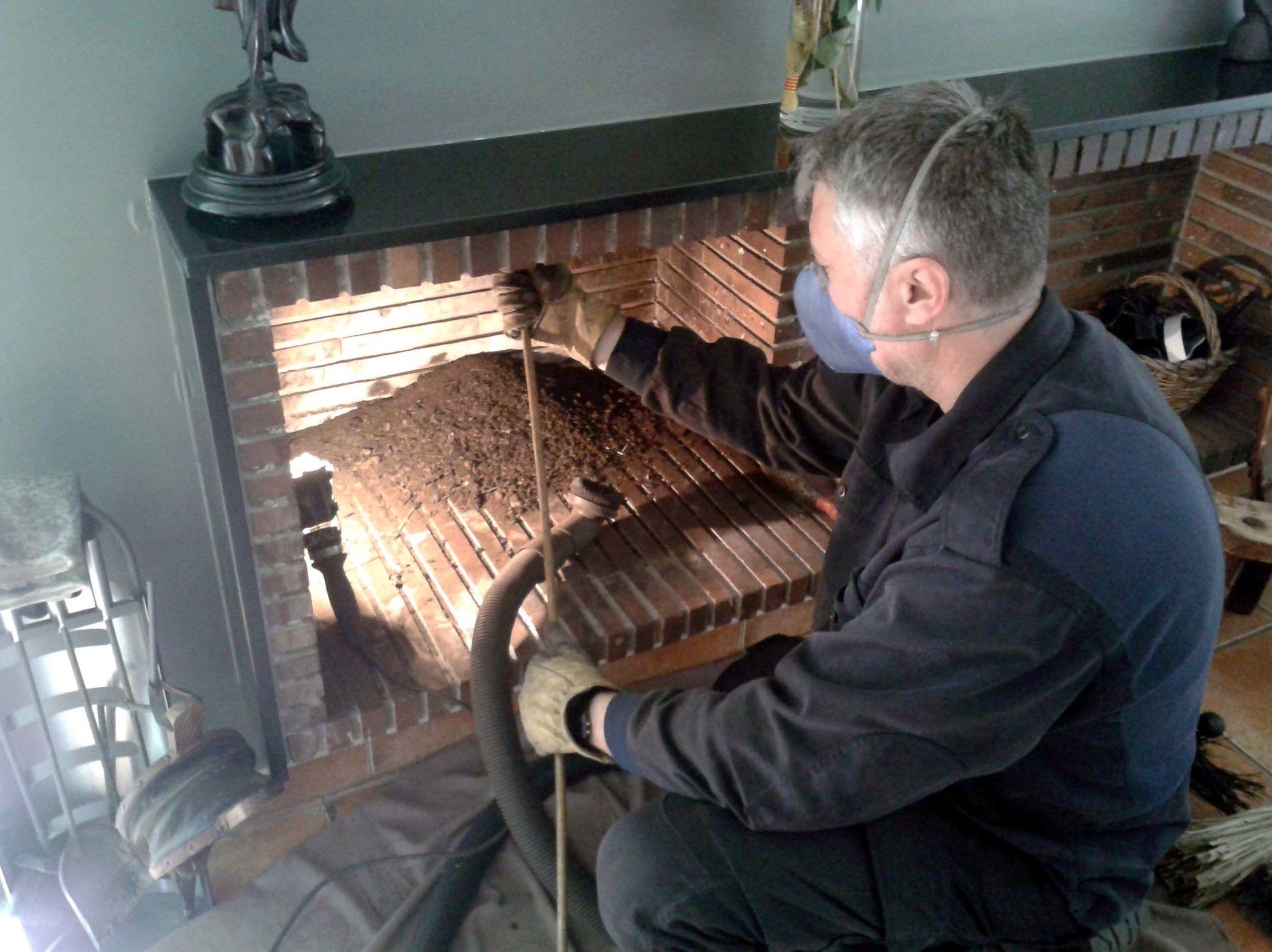 Deshollinar chimenea doméstica de leña.
