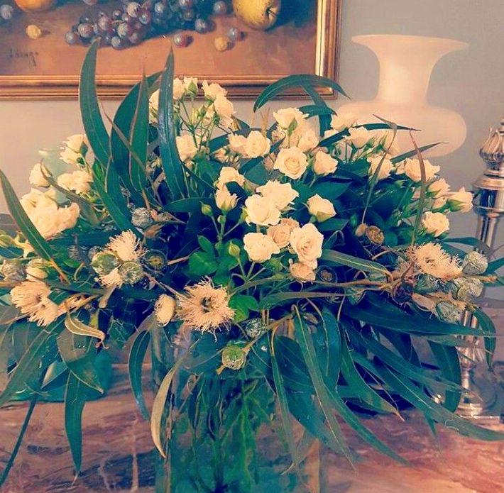 Rosas y eucalipto en flor