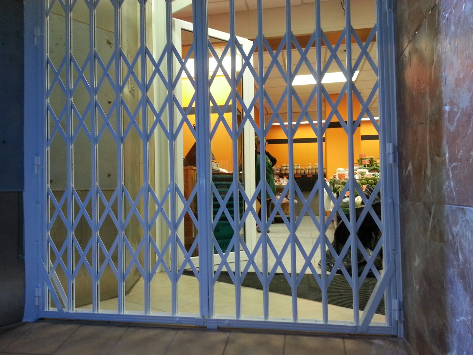 Instalación y reparación de rejas de seguridad plegables en Barcelona