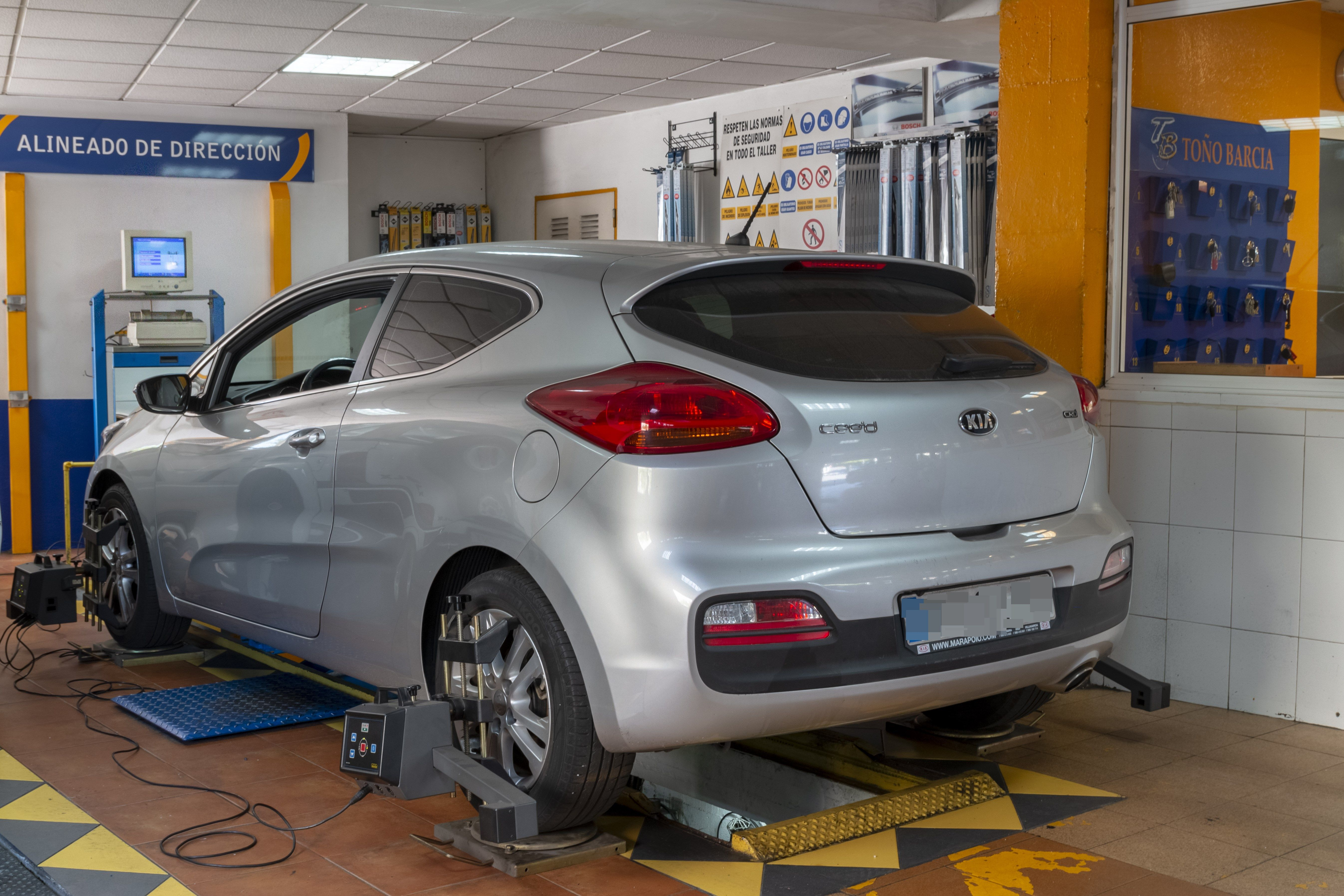 Auto en reparación Talleres Toño Barcia