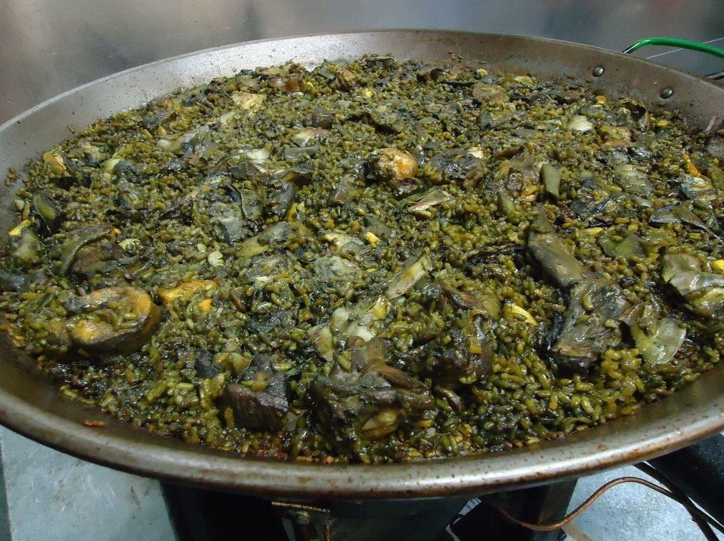 Paella de habas y alcachofas en Oliva