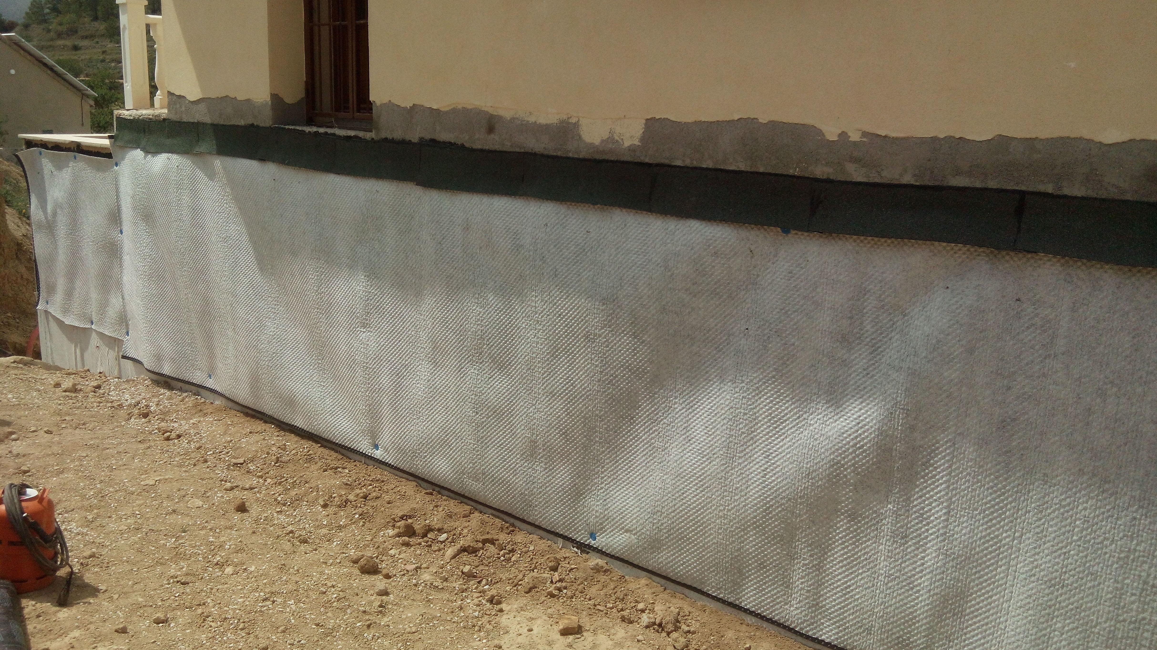 Impermeabilización y protección de muros en vivienda.